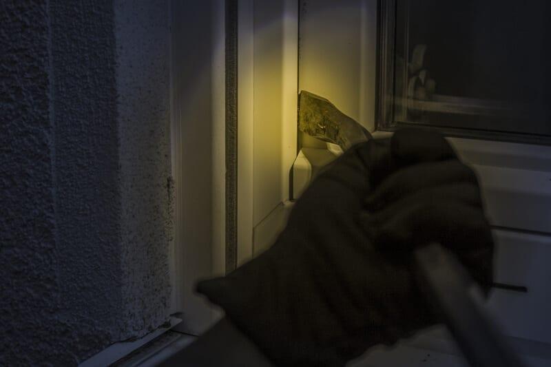 tyveri gennem vindue med koben om natten